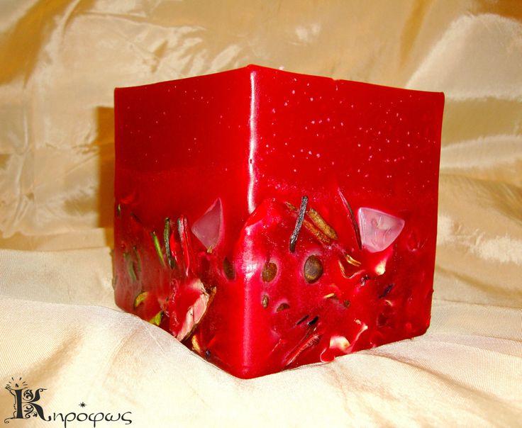 Κόκκινο μεσαίο τετράγωνο κερί, με αποξηραμένα λουλούδια και άρωμα αχλάδι.