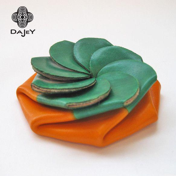 One touch coin case ワンタッチコインケース花型に裁断された1枚革のコインケースです。国内産ベジタブルフルタンニン鞣しの、上質でキメ細やかなキップ(仔牛)ヌメ革を採用し、当工房で一つ一つ手仕事により独自の技法で染色した後、芯までしっかりとワックスを浸透させて仕上げた自家製加工の、上質Waxレザーのコインケースです。長く使用する事で、手に吸い付くように柔らかく馴染み、革の内側から滲みでる自然な艶、色の深みが増してきます。ぜひ経年変化を御体感下さい。慣れてくると、片手のひらの上で、クシャっと潰す様に開けることが出来ます。尚、バッグに入れて使用される事もあるかと思いますが、コインの量が多過ぎると溢れる事があります。着用される衣服のポケットに入れて使用する事で、より馴染みやすいデザインになっておりますので、そちらの使用方法を御推奨致します。容量:100円玉が20枚程度は十分に入ります。サイズ:直径(最長部分)8.5cm※PC及び、スマートフォーン環境によって、実際の色とは異なる場合があります。