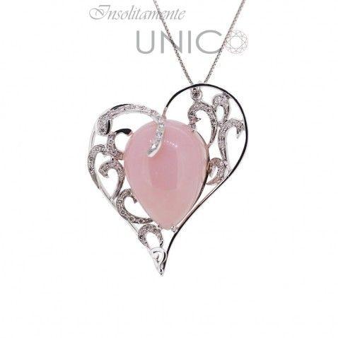Ciondolo in oro bianco con opale rosa e brillanti. Acquistabile online: bit.ly/1QaCa1x