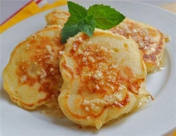 Очень вкусные яблочные оладьи на кефире: яблоки — 3 шт. пшеничная мука — 3-4 ст. л. кефир — 150-170 мл. яйца — 2 шт. сахар — 2-3 ст. л. растительное масло для жарки.