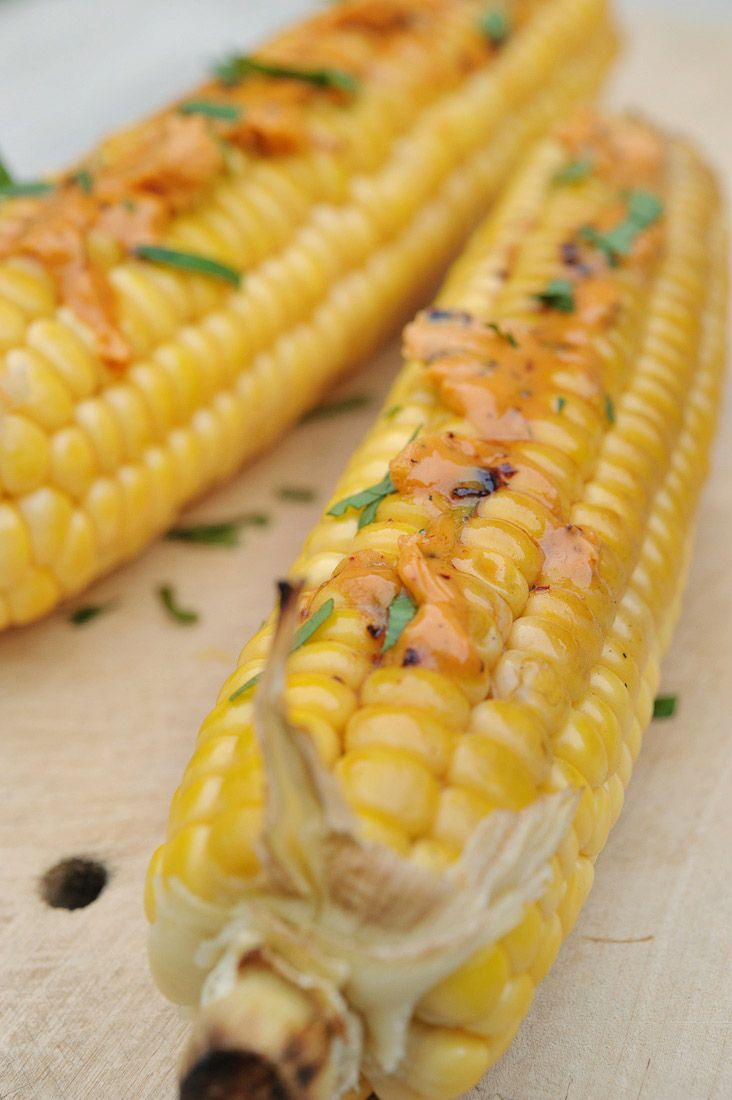 Nereiden: Kook de maïskolven in ruim ongezouten water in 15 minuten beetgaar. Laat ze goed uitlekken. Rooster de ancho chile 30 seconden boven een open vlam. Laat afkoelen, verwijder de zaadjes en snijd in stukjes. Maal de ancho chile in de keukenmachine, hij zal niet helemaal fijn worden.