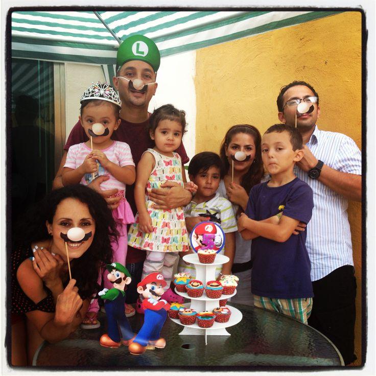 Familia Bros con bigotes y cupcakes de Mario Bros
