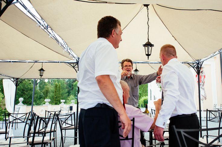 Chateau Liblice.Свадьба в Чехии. Свадебный фотограф в Чехии: общение гостей на свадьбе в Чехии