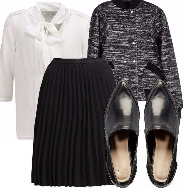 Questo outfit raccoglie un po' delle tendenze di stagione: camicia con nodo, gonna a pieghe e scarpe maschili e, per sdrammatizzare il tutto, un bomber. Tutto rigorosamente in bianco e nero.Puoi indossarlo per andare in ufficio o all'università.