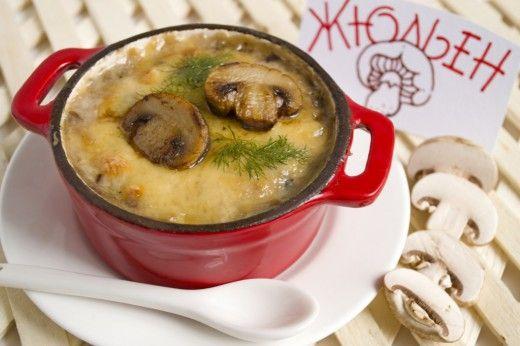 Классический жюльен. Классический жюльен. Французское слово, обозначающее способ нарезки овощей, в наших широтах стало названием вкуснейшей горячей закуски. В состав входит отварной цыплёнок, бешамель со сметаной и шампиньоны. В моей семье это блюдо готовят уже несколько поколений, начиная с бабушки. Шампиньоны можно заменить боровиками, когда приходит сезон. Лесные грибы придают закуске неповторимый аромат.