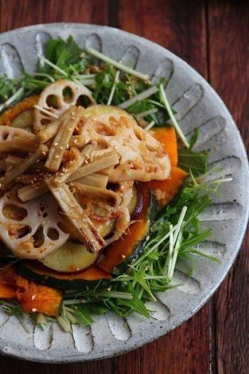 かぼちゃやレンコン、そしてもう一つの秋の味覚、さつまいもも入った栄養バランスも良い焼き野菜のサラダ仕立てです。見た目も華やかでボリューミー。まさに大皿料理にピッタリなレシピ。作り方も簡単なので秋のポットラックパーティにオススメですよ。