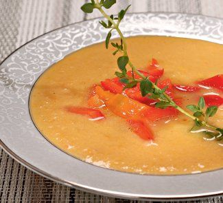Суп из консервированного лосося ИНГРЕДИЕНТЫ лосось консервированный – 200 г картофель – 3 средних клубня морковь – 1 шт. лук репчатый – 1 луковица перец желтый сладкий – 0,5 шт. перец красный сладкий – 0,5 шт. огуречный рассол – 1,5 ст. л. лавровый лист – 1 лист масло растительное – 2 ст. л. перец – по вкусу соль – по вкусу