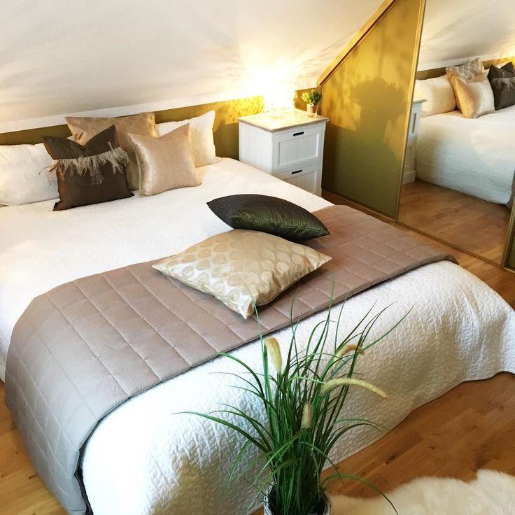 #bedroom #gold #green #pillows #olive #colour #farger #soverom #oliven #gull #puter #tekstiler #seng #nattbord #boligforsalg #nøtterøy #boligdrøm #møblering #innredning #interior #interiør #boligpluss #boligmagasinet #bonytt #bobedre #bolig #kkliving #grønt #høst #penerom by penerom