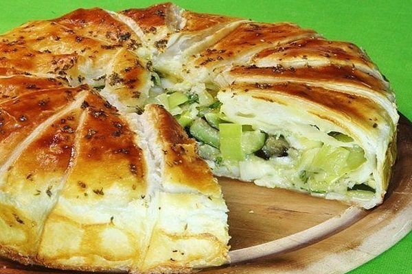 Этот незамысловатый сочный овощной пирог с сыром объединяет в себе вкус баклажанов, свежей зелени, цуккини и нежного сыра моцарелла. В ...