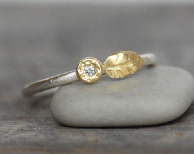 Pequeña de oro anillo de apilamiento - la hoja de oro de 18 k y plata flor - anillo de oro del guijarro