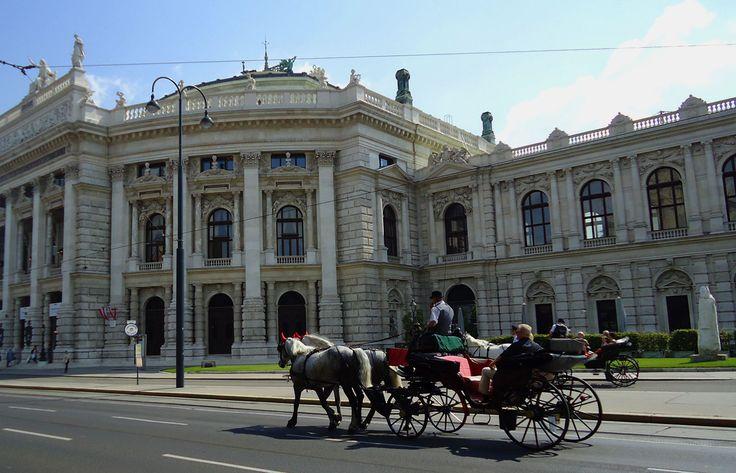 Burgtheater er en av severdighetene du kan få se og høre litt om mens du nyter Wien fra hestevogn. Foto: Arnold Weisz ©