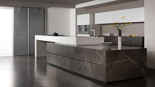 Cucina moderna / in Corian® / in pietra calcarea / con isola GRAFITE BROWN eggersmann küchen GmbH & Co. KG
