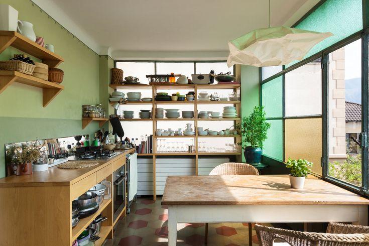 Houten werkblad keuken met open keukenkasten
