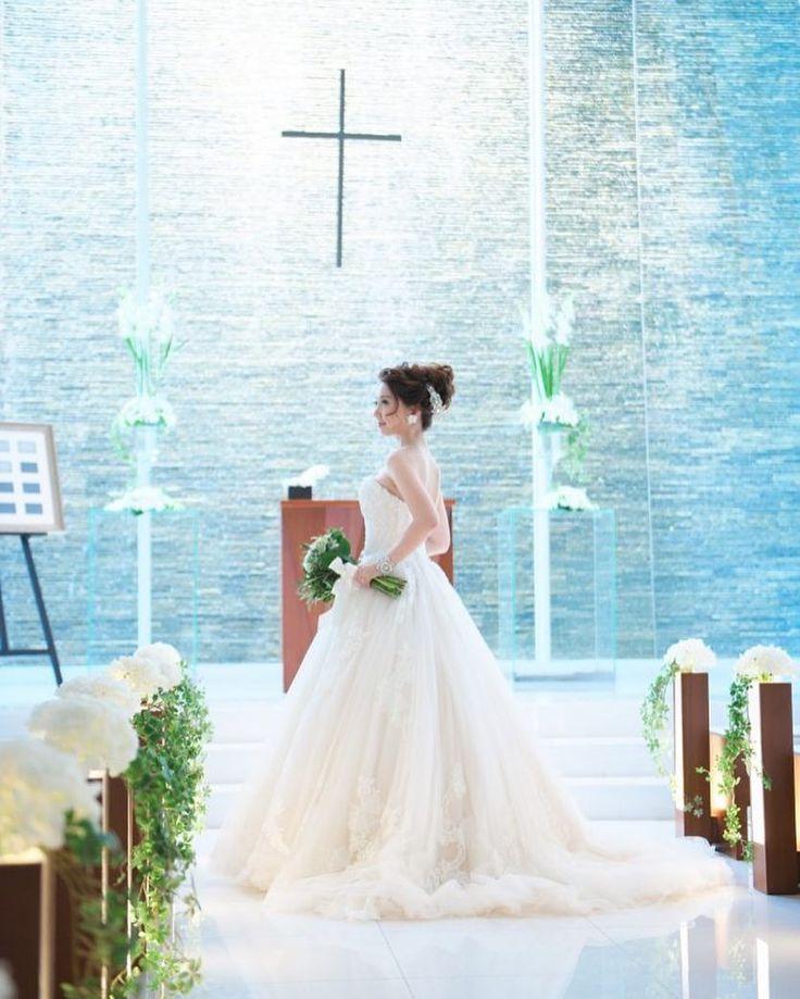 京都ならではのモダンな雰囲気を演出してくれる式場KOTOWA京都八坂でお式を挙げられた素敵なお二人のコーディネートをご紹介致します 幻想的な雰囲気のチャペル自然光がたっぷり入る披露宴会場のどちらにも映えるENZOANI(エンゾアニ)のウエディングドレス  提携外の結婚式場へのお貸し出しも可能です 結婚式場が決定していない方も着たいドレスから会場を選ぶ相談も承っています  DRESS:03-20061 HEAD ACCESSORY:05-8425 HEAD ACCESSORY:05-8456 EARRINGS:07-8514 EARRINGS:07-4882  <お問い合わせ> dresses@dressthelife.jp 0120-791-249  その他のコーディネートはTOPのURLよりご覧ください  #FioreBianca#フィオーレビアンカ#エンゾアニ#結婚式#プレ花嫁#ドレス迷子#熊本#福岡#東京#日本中のプレ花嫁さんと繋がりたい#卒花嫁 #卒花 #披露宴 #関西花嫁 #福岡花嫁 #大阪花嫁 #関東花嫁 #横浜花嫁 #熊本花嫁 #福岡プレ花嫁 #2017秋婚…