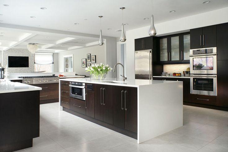 Тёмная кухня с белой столешницей: букет белых тюльпанов