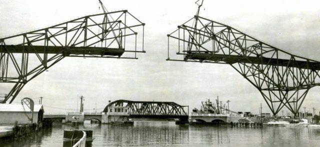 L'Harbor Bridge collegava le due sponde del porto di Corpus Christi. Era un arco d'acciaio abbastanza alto da permettere l'accesso di chiatte e navi da carico al canale navigabile... Il Comune, all'epoca della sua costruzione, aveva indetto un concorso per trovargli un nome, e la vincitrice, una casalinga che abitava alle porte di Corpus Christi... si era guadagnata l'onore di viaggiare a bordo della prima automobile che aveva attraversato il ponte.