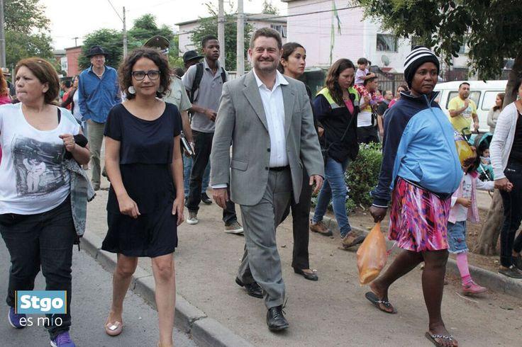 Ana Carolina Arriagada, Directora Consejo de la Cultura  RM y Claudio Orrego, Intendente de la Región Metropolitana. En el pasacalles de Teatro del Silecio #StgoesMío