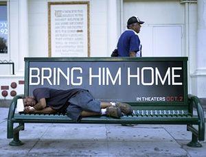 Um homem desabrigado dorme em um banco em Los Angeles, Califórnia.
