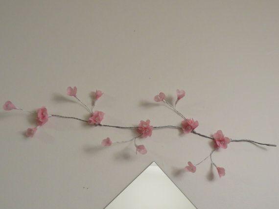 fleurs roses en papier crêpe sur une branche en fil de fer - création artisanale - fait a la main - bricolage - décoration murale  BricoBiou des bricolages en fleur... fait a la main  fleurs de cerisier fait de papier crêpe de couleur rose avec le centre de la fleur blanc. les fleurs sont disposées sur une jolie branche fait en fil de fer façonné de couleur argent  mesure de la branche 26 pouces dimension de la fleur 1pouce en grappe de 3 fleurs 25 fleurs dont 10 bourgeons cest une…