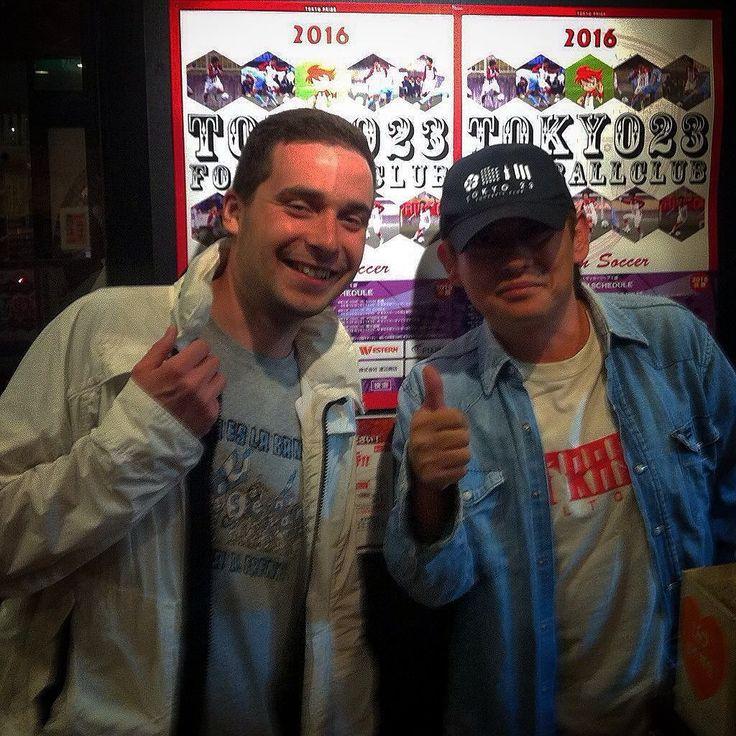 Фанатский мир велик но в тоже время удивительно тесен. Вот и в Токио мне довелось познакомиться с действительно настоящим фанатом (аналог нашего Сэма только настоящий японец ) с таким же менталитетом как где-нибудь в Европе. Олдовый представитель грядки ФК Токио сейчас гонят за свой локальный клуб 5-ой японской лиги Токио23 и член группировки @ultras23_tokyo. Мечтает увидеть его выход в J-League и обязательно посетить белградское дерби. Рассказал про противостояние западного и восточного…