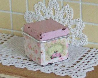 Puppenhaus Miniatur, Floral Quadrat-Kanister, altes Zinn, Lagerbehälter, Rosa Emailwaren, französischer Box, schäbige Hütte Chic, 1:12th Skala