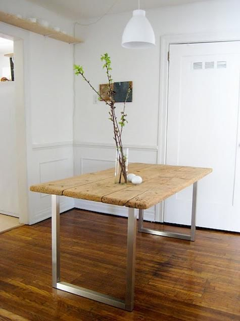 Dieser Tisch aus Holz und Metall ist modern und hat doch etwas rustikales an sich. Der Materialmix ergibt einen schönen Kontrast