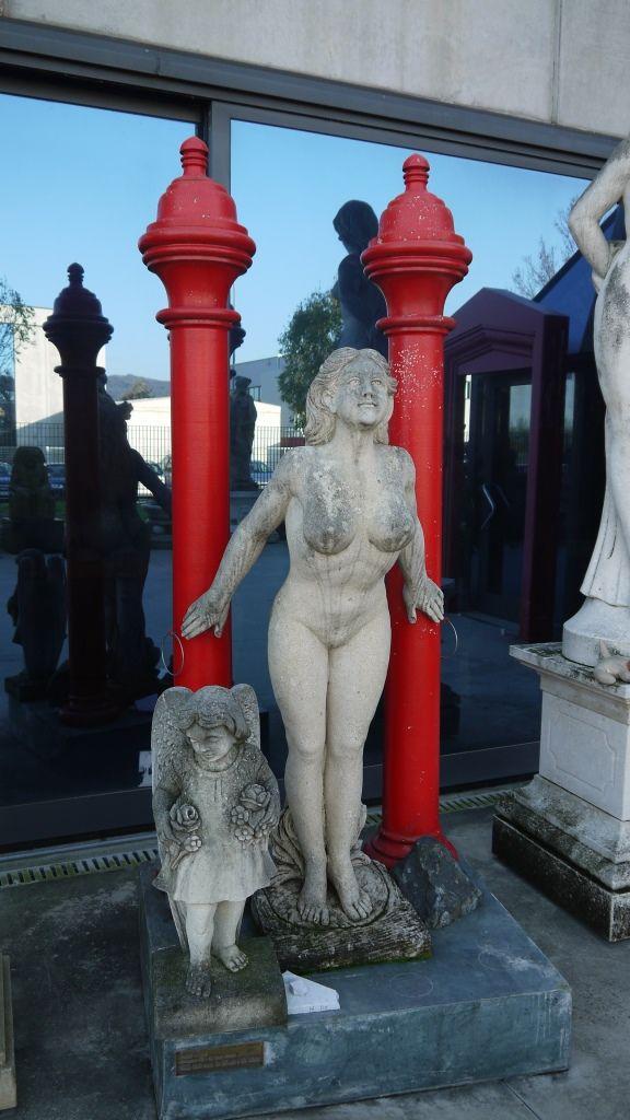 Scultura in pietra Ancella/Ancilla - http://achillegrassi.dev.telemar.net/project/scultura-basamento-e-colonne-colorate-di-rosso-in-pietra-bianca-di-vicenza/ - Scultura, raffigurante un'ancella, con basamento e colonne colorate, in Pietra bianca di Vicenza. Dimensioni:  100cm x 85cm x 245cm (H)