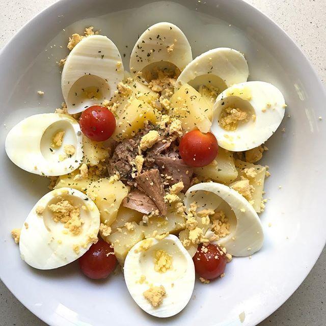 Reposting @planintegral: Hoy comemos... ensalada de huevos cocidos, patatas cocidas, atún, tomates cherry, perejil y aceite de oliva 😍 . . #planintegral #recetasplanintegral #receta #recetas #ricoysano #cuidarse #ensalada #verano #salad #summer #egg #bowl #yummy #megusta #recipe #recipes #meal #mealprep #noesdieta #estilodevida #energia #body #asturias #oviedo #gijon #lugones #lafresneda #sotodellanera #noreña