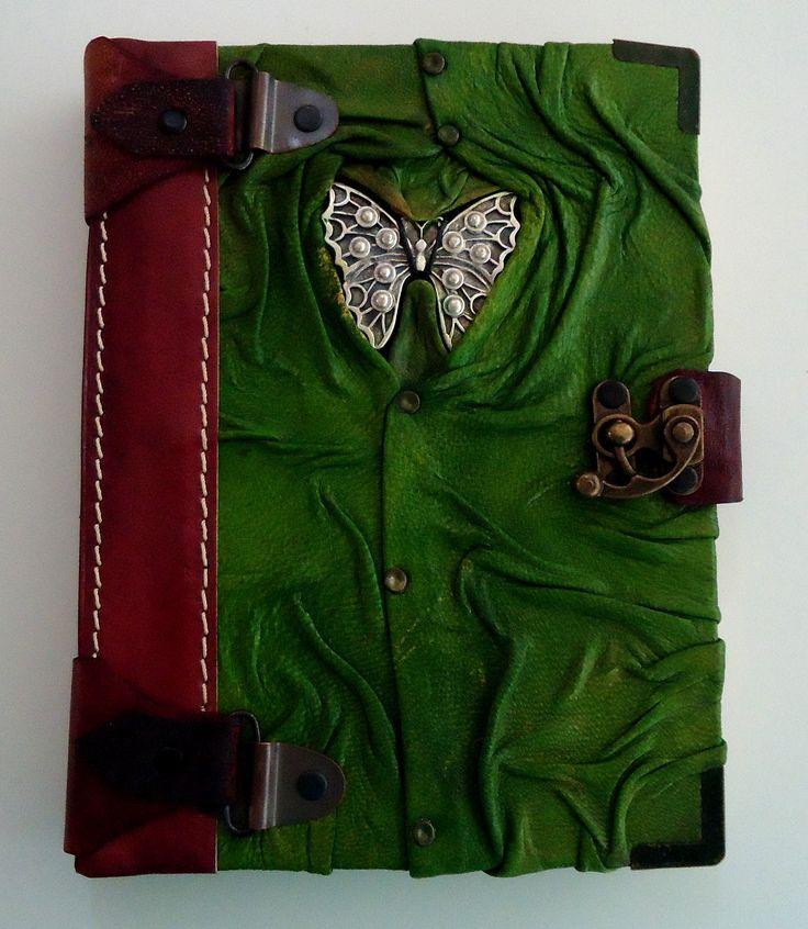 """""""Diario Espíritu Libre""""  Diario de diseño único, color café-verde, hecho completamente a mano con piel genuina de la más alta calidad y con un pendiente de mariposa en el frente."""