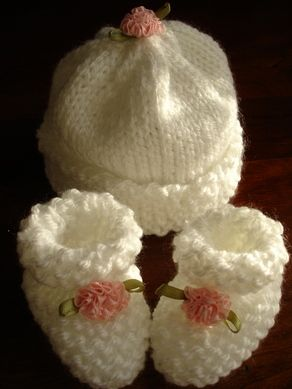 Knitting Patterns Galore - Michelle's Preemis-Newborn Booties and Hat