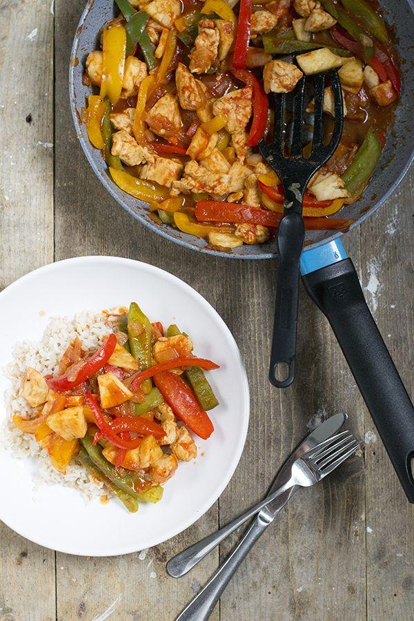 Recept voor Chicken tonight. Met dit recept maak je zelf chicken tonight, zonder pakjes en zakjes. Met kip, ananas en reepjes paprika.