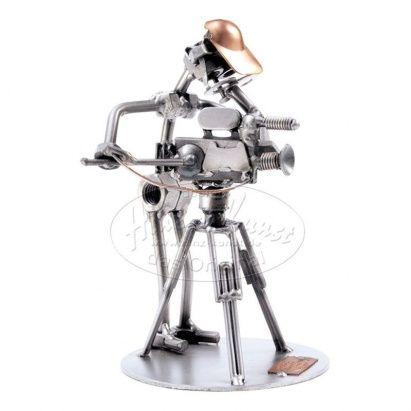"""28 декабря - международный день #кино!  В качестве подарка для работников этого удивительного искусства мы предлагаем причудливую статуэтку из металла """"Оператор с камерой"""". Изготовлением этих милых сувениров занимается немецкая фирмаHINZ&KANST, их отличительной особенность является стильHi-Tech. Сама статуэтка выполнена при помощи лазера и металла, который не темнеет и не подвергается коррозии.  #podarkoff #vip #vippodarki #подаркоффру #подарки #подарок #gifts #russia #Россия #юмор…"""