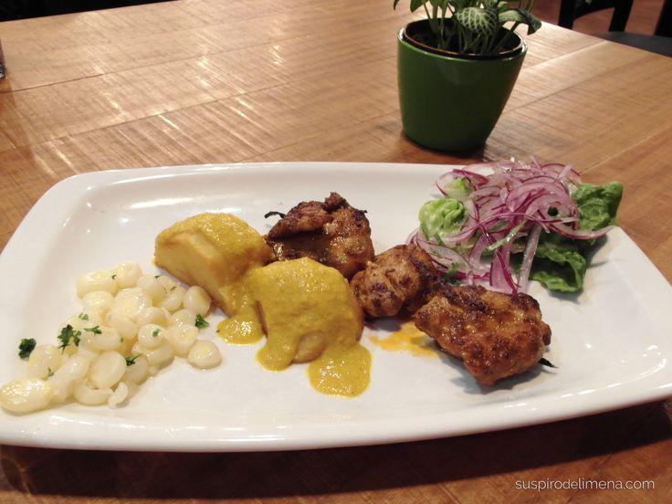 Anticucho de pollo, papas doradas con salsa de huancaína y choclo serrano
