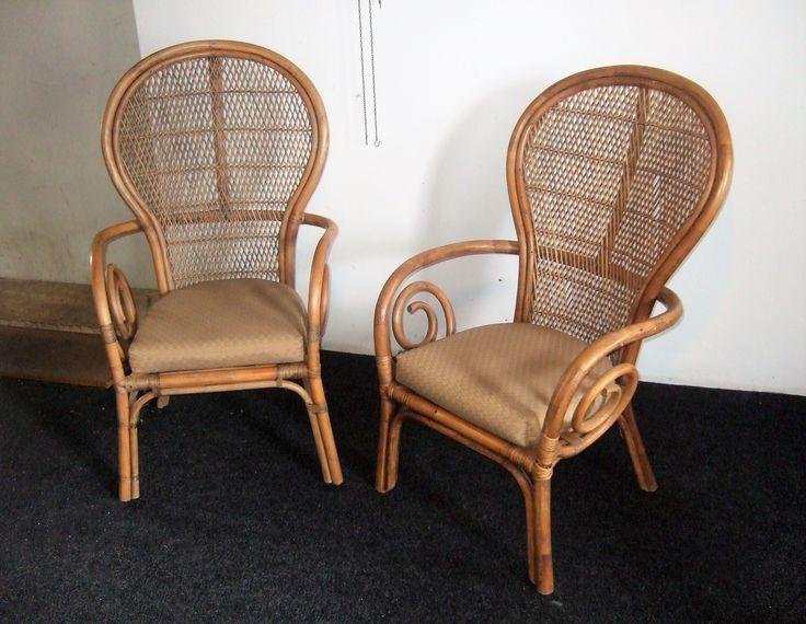 Vintage rotan rieten stoelen.  Pauwstoel pauwstoel stijl rieten stoelen met kussens. Armstoelen zijn in gave staat (zie foto's ) Afm. Stoel Hoog 110 cm. Breed 68 cm. Diep 55 cm. www.goemansmeubelen.nl