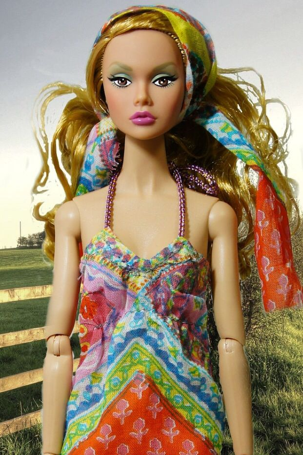 Super summery makeup and adorable gypsy-girl hair! What a cutie. Poppy