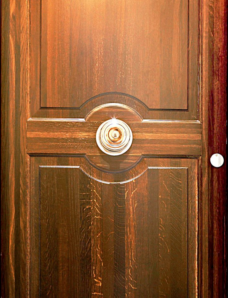 Stained oak door gives a beautiful and classic finish on this door
