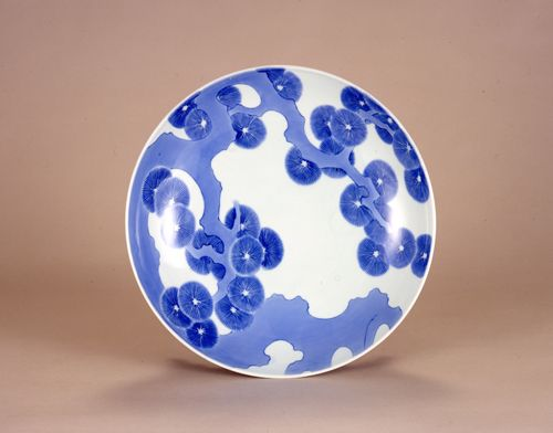 Nabeshima Ware: Japanese porcelain manufactured between the 17th-19th centuries in the province of Saga, Kyushu, Japan.via jpdesign.org #Plate #Porcelain #Japanese_Porcelain #Nabeshima_Ware