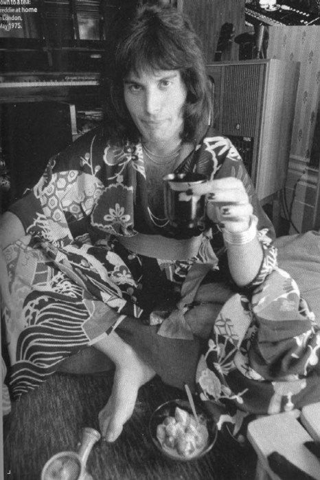 A young and awesome Freddie Mercury! Freddie loved all the oriental culture. Specially the japanaise.