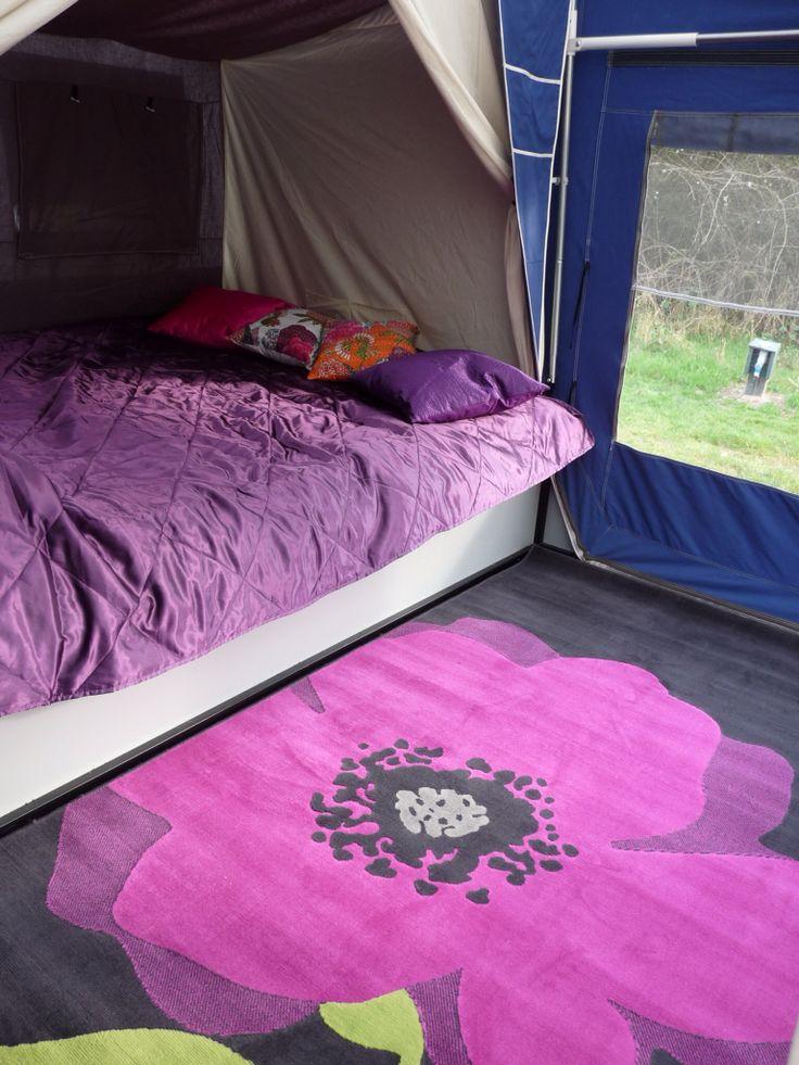 Combi-camp, kijkje in de wagentent.  Slapen doen we in de wagen, geen kou van onder, want de bagage ligt onder het bed. Het vaste bed met lattenbodem van 160 x 220 cm, slaapt heerlijk! Voelt aan als een gezellige bedstee. Overbodig te zeggen dat het fleurige tapijt op de wagendeksel niet standaard is, dat is neutraal beige en wij houden van paars...