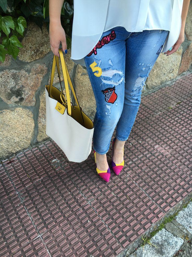 Detalle jeans Qué Guapa - Maxi Bolso reversible Guess - Stilettos multicolor Lolita Blu