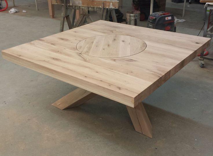 Deze vierkante eettafel heeft niet alleen een uniek onderstel, maar ook een draaiplateau in het blad. Zo is deze tafel helemaal naar de wensen van de opdrachtgever gemaakt. De tafel is gemaakt van robuust eikenhout.