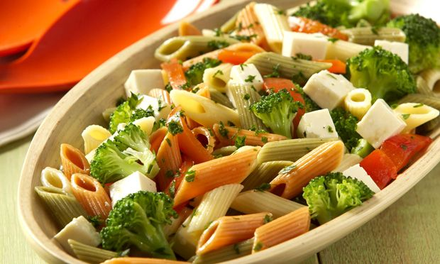 SALADA DE MACARRÃO: brócolis, queijo branco em cubos,  azeite, tomates e penne, temperada com cebolinha verde, vinagre, alho e azeite.