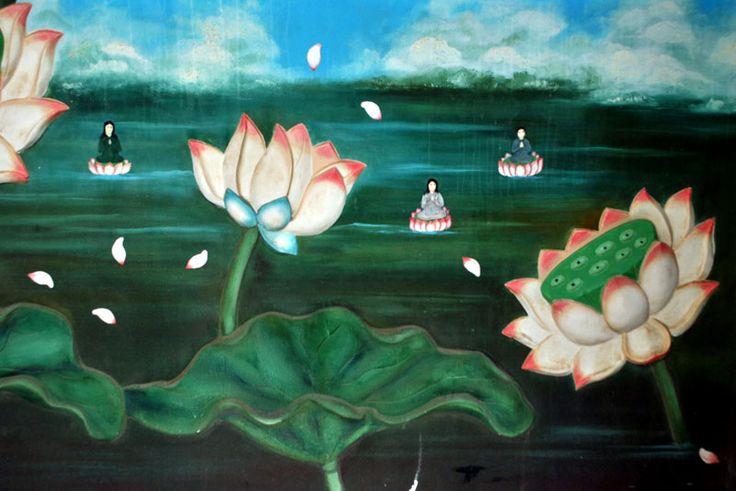 Visita alla pagoda del Buddha gigante di Tuy Hòa | Nuok (Vietnam) Le pareti del tempio sono decorate da dei fiori di loto dipinti.