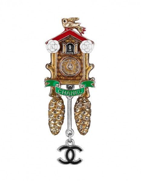 Côté bijoux, Karl Lagerfeld s'est amusé à décliner le folklore autrichien sur des colliers de perles façon Sissi ou des broches en forme de coucou ou de bretzel.  http://www.elle.fr/Mode/Joaillerie-Horlogerie/Les-plus-beaux-bijoux-Chanel-Metiers-d-art-Paris-Salzbourg