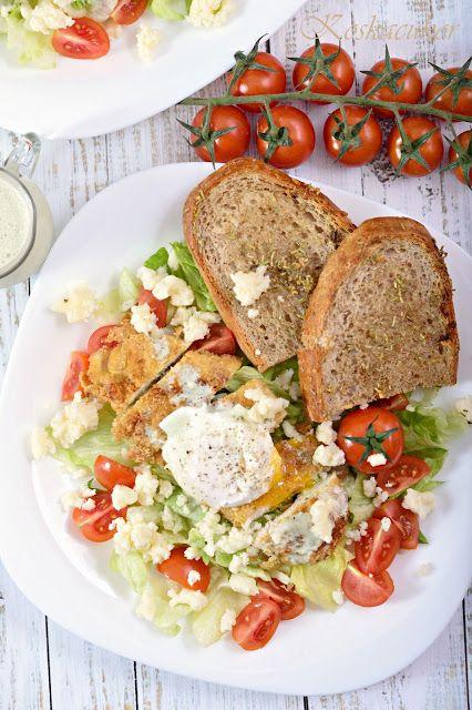 Zabpehely bundás csirkemell, saláta ágyon, buggyantott tojással