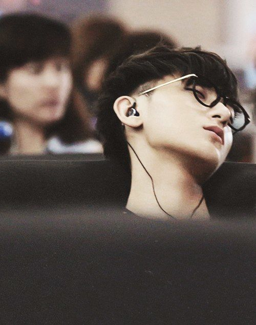 Tao. Asleep in an airport. I sorta feel like a creeper, watching him sleep hahaha if I had happen to also be in that airport near him, I would be watching him like this: ≧◉◡◉≦