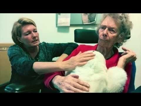 Tiny heeft dementie en zit twaalf uur per dag stil in haar rolstoel. Paro, een robotzeehond, houdt haar gezelschap. Bijzonder hoe zij erop reageert. Wat denken jullie: is een robot een goede oplossing voor mensen met dementie?