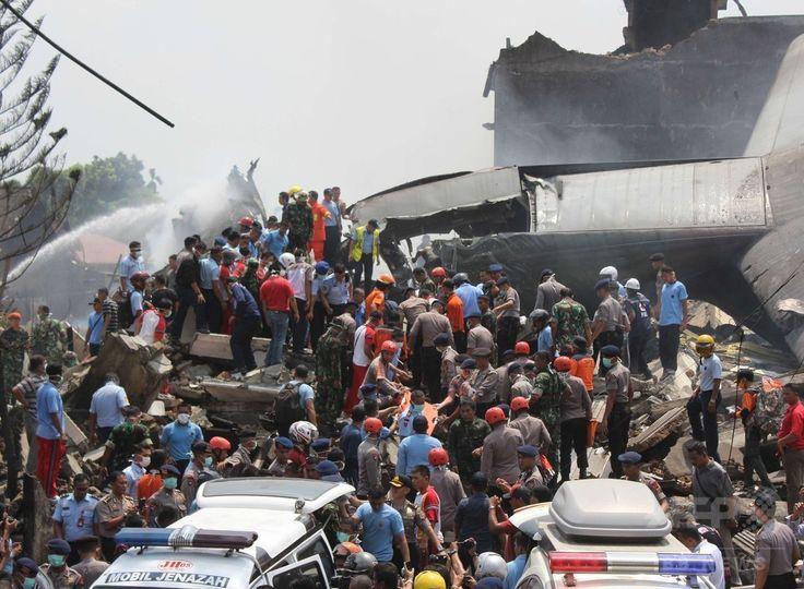 インドネシア・スマトラ島メダンで、空軍輸送機が墜落・炎上した現場で作業にあたる救助隊員ら(2015年6月30日撮影)。(c)AFP/ATAR ▼1Jul2015AFP|インドネシア軍機墜落、死者141人に http://www.afpbb.com/articles/-/3053313