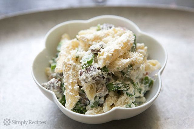 O Penne com Ricotta e espargos é uma massa com ingredientes leves e sabores agradáveis que pode ser consumido em qualquer refeição.