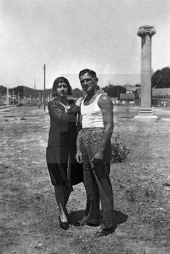 BOXEO ESPAÑOL: Madrid hacia 1929.- Inocencio Pérez alias 'Ino' boxeador de reconocido prestigio, posa junto a su novia en las praderas cercanas a la Ribera del Manzanares.EFE/esl